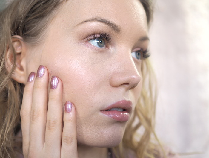 nude glossy makeup