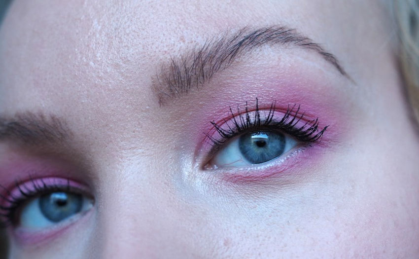 pink eyeshadow on blue eyes makeup